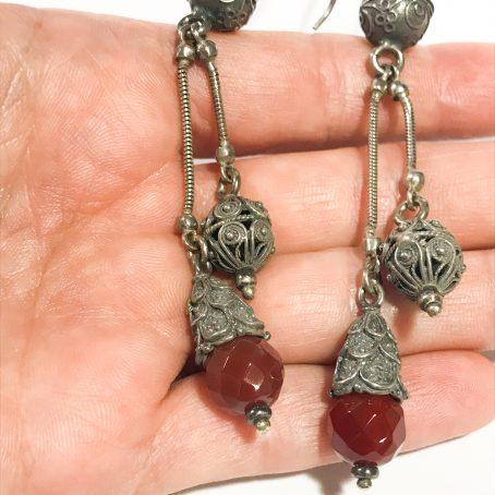 dettagli orecchini pendenti indiani in argento con corniola