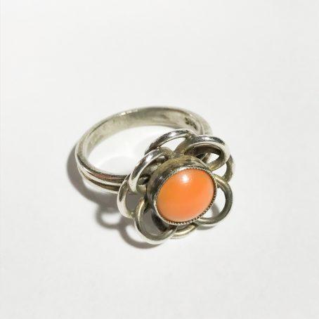 anello modernista in argento con grande corallo cerasuolo