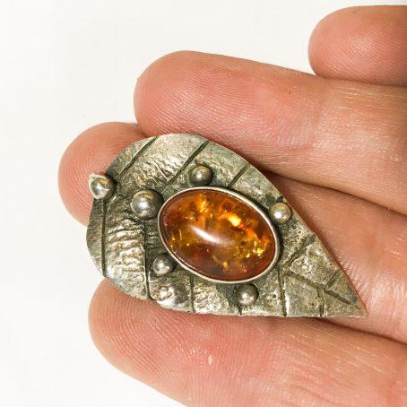 spilla modernista in argento con cabochon in ambra