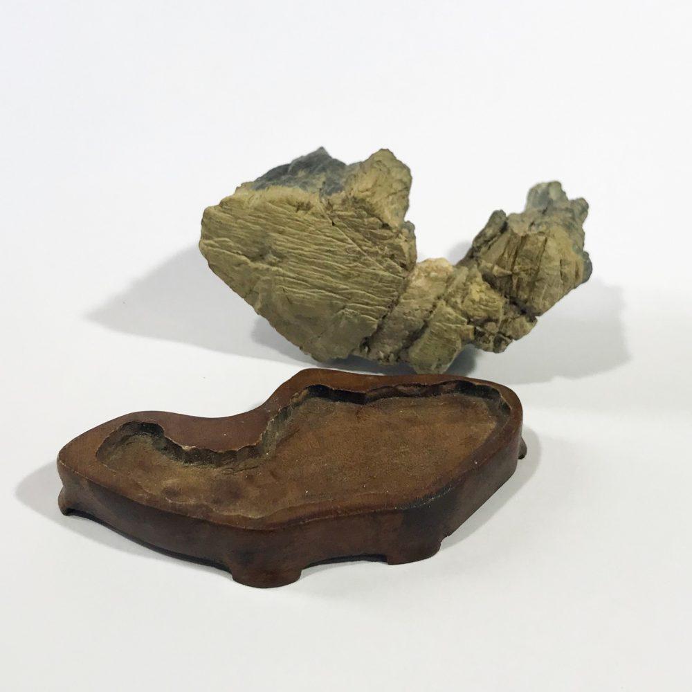 antico suiseki giapponese con daiza dettagli