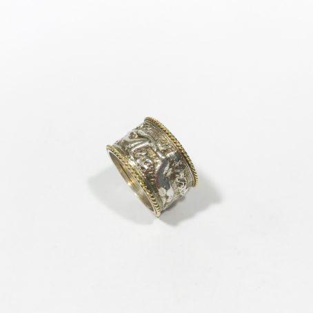 dettagli anello fascia bassorilievi in argento