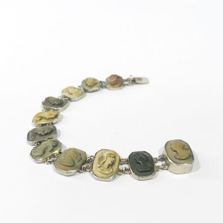 dettagli antico bracciale con cammei in pietra lavica