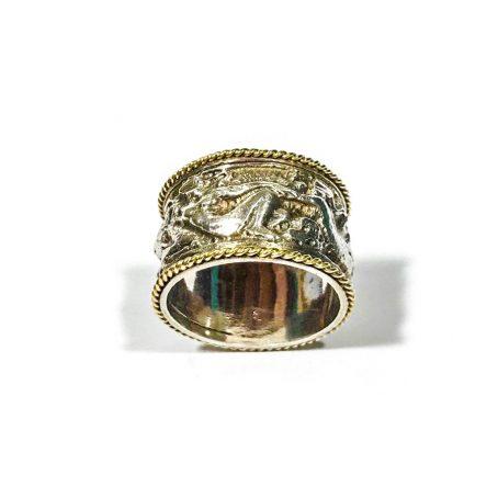 anello fascia retrò in argento con motivi in bassorilievo